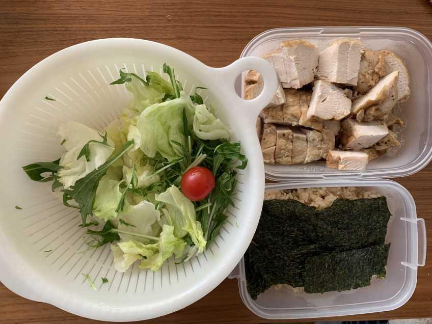 お昼ご飯の写真、鶏の胸肉と玄米と野菜。